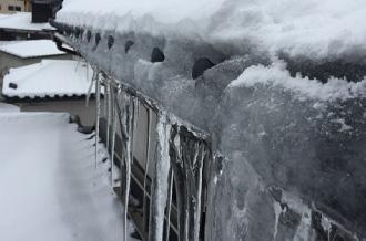 雪国のお住まいにおける氷柱の様子