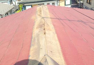 既存棟板金と貫板が取り外された屋根