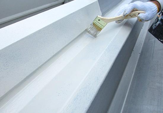 下塗り・中塗り・上塗りの3工程で屋根を保護する屋根塗装