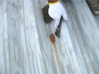 折板屋根の錆と旧塗膜を落とすケレン
