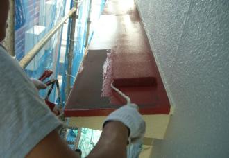 庇に錆止め塗料を塗る