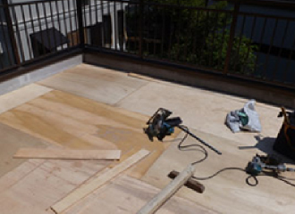 構造用合板を敷き詰めて下地つくり