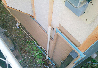 胴縁に合わせ下からガルバリウム鋼板をかみ合わせるように張り付け