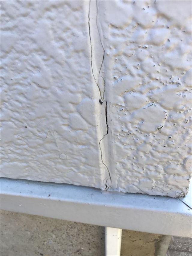 壁と壁の間のひび割れ