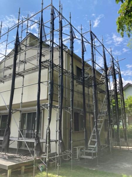 土浦市で塗装工事がはじまりました!塗り替え前に足場を設置し、安全対策!