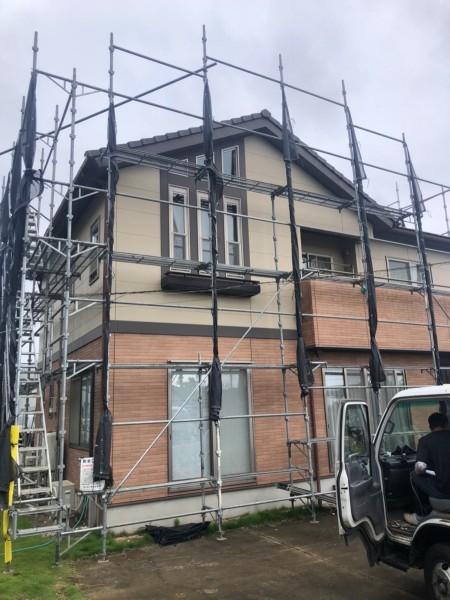 土浦市塗装工事現場!工事に先立ち足場を設置し安全確保します!