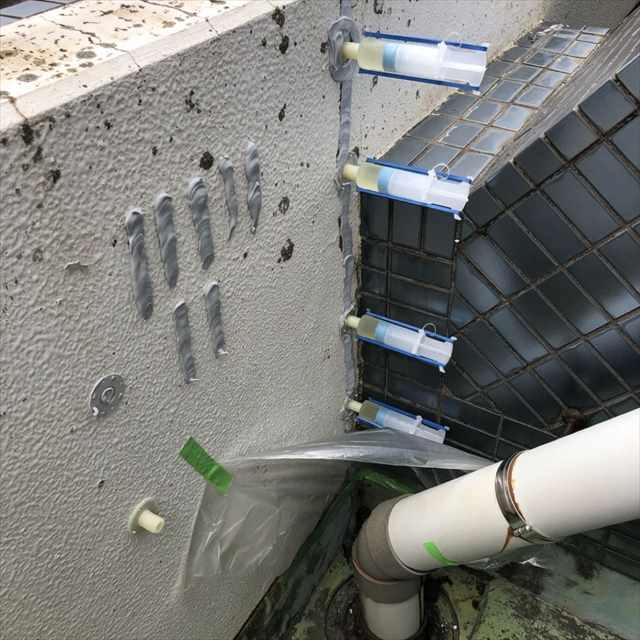 土浦市マンションでバルコニー補修工事。エポキシ樹脂、シーリングパテでヒビ割れを補修