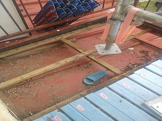 下屋根塗装のためベランダ床板撤去_0727_M00032 (1)