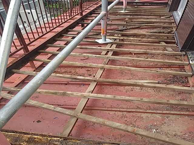 下屋根塗装のためベランダ床板撤去_0729_M00032 (1)