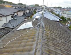 紫外線・雨風・温度変化等で劣化した塗膜を持った瓦屋根